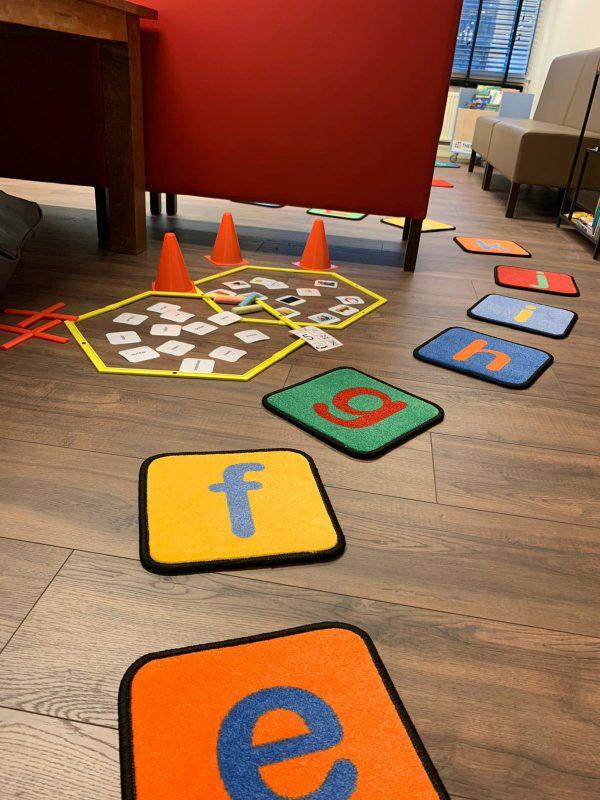 Beweegmatjes letters in bewegend leren parcours